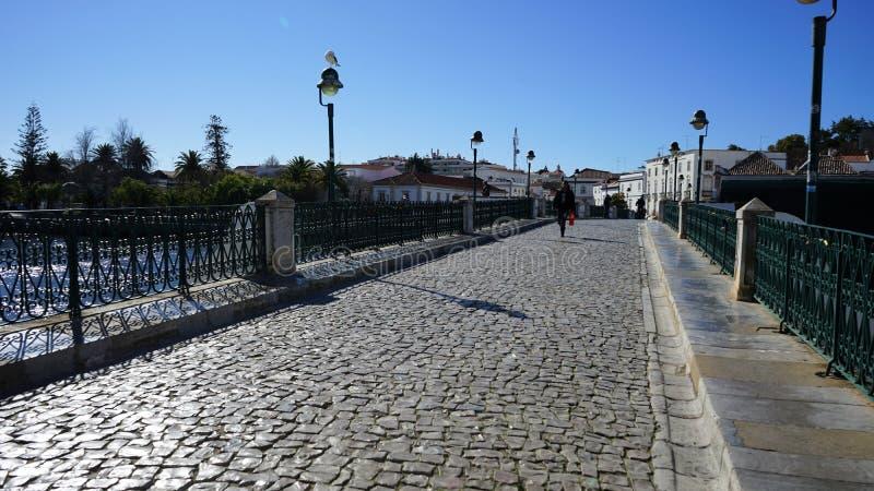 Un pont qui relie deux côtés de Tavira image stock