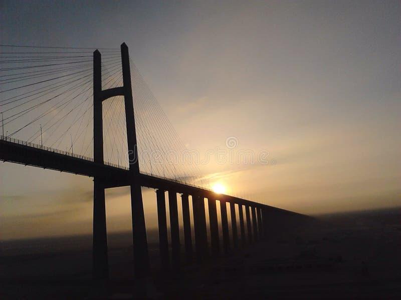 Un pont un coucher du soleil photos libres de droits