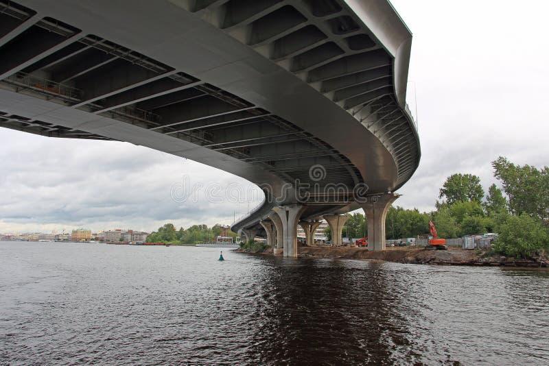 Un ponte curvo sopra il fiume immagini stock