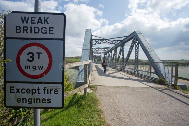 Un ponte d'acciaio con un segnale di pericolo fotografia stock