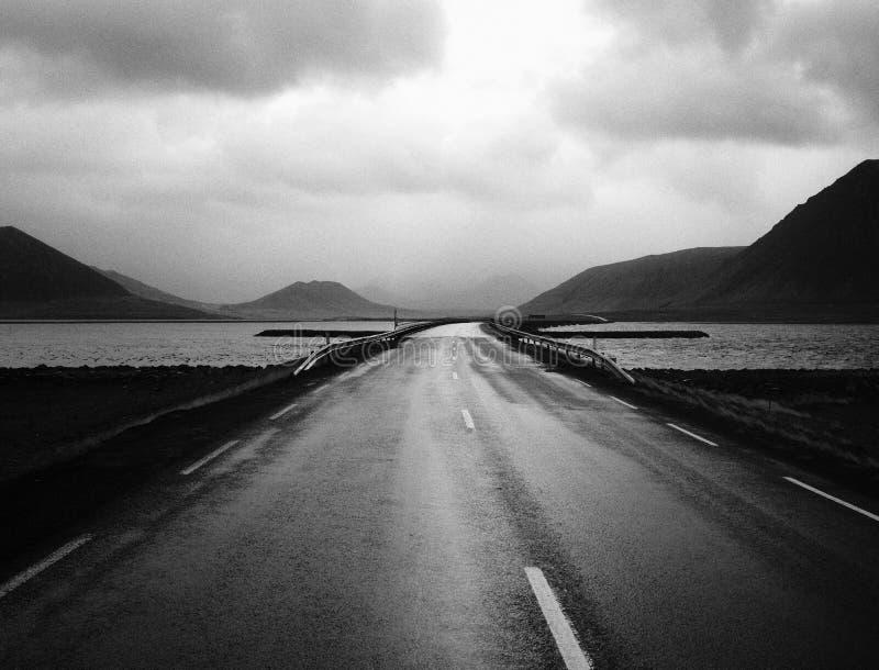 Un ponte della strada stretta con il bello cielo e un lago fotografie stock libere da diritti