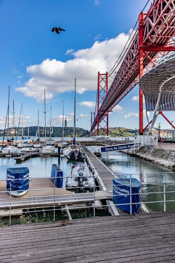 un ponte di 25 de abril in una vista scenica con il bello cielo blu data 15 giugno 2019 immagini stock libere da diritti