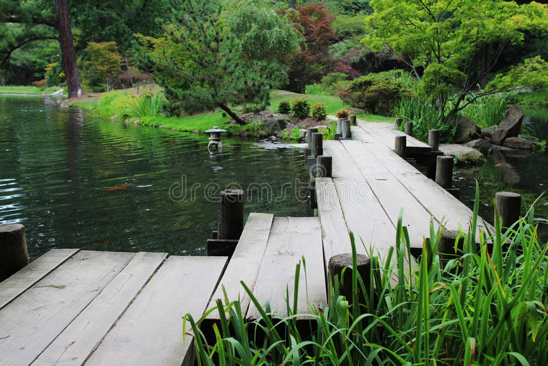 Un ponte di legno di zigzag fotografia stock