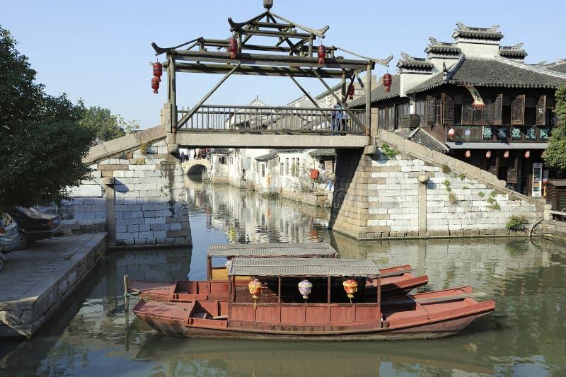 Un ponte di legno unico a Tongli immagine stock
