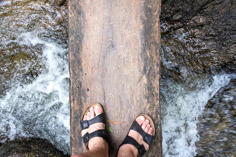 Un ponte pericoloso dei bordi di legno su un fiume fotografia stock libera da diritti