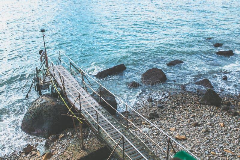 Un ponte piacevole e un mare blu immagine stock