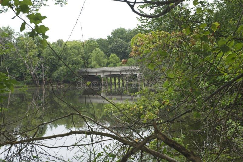 Un ponte rurale sopra un fiume fotografia stock