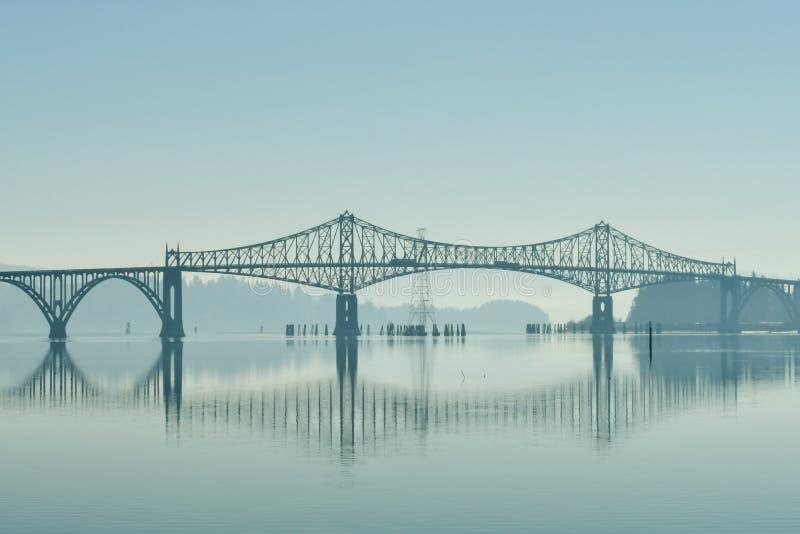 Un ponte sopra la baia del fiume dei coo alla sua bocca accanto alle dune dell'Oregon fotografia stock