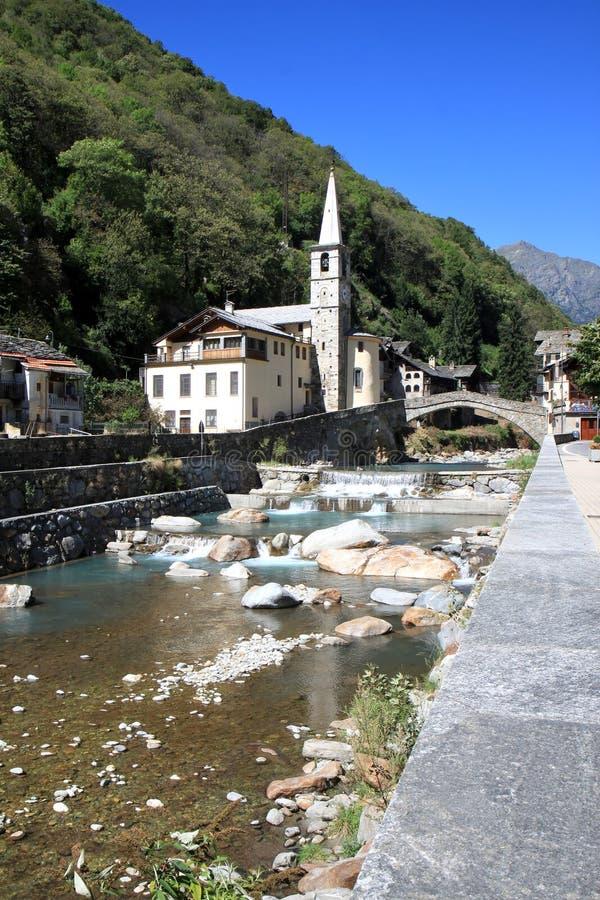 Un ponticello in Fontainemore, Italia di romanesque immagini stock