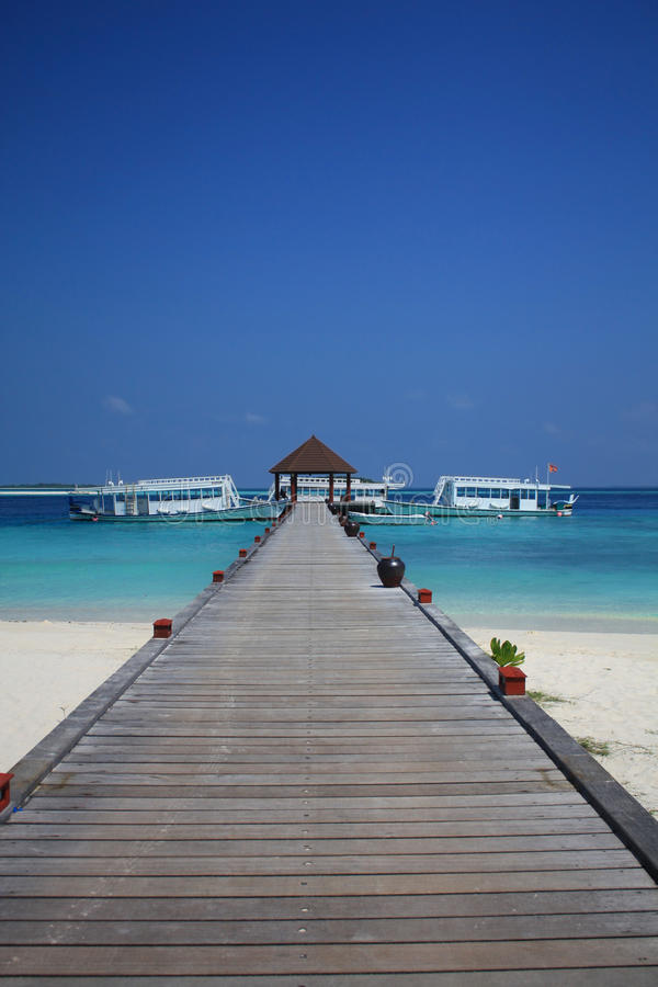 Un pontone di legno nei Maldives immagini stock libere da diritti
