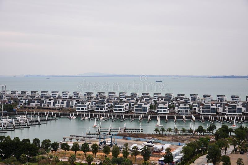 Un port où les voiliers ont amarré et la villa de l'eau dans la porcelaine de Xiamen photo stock
