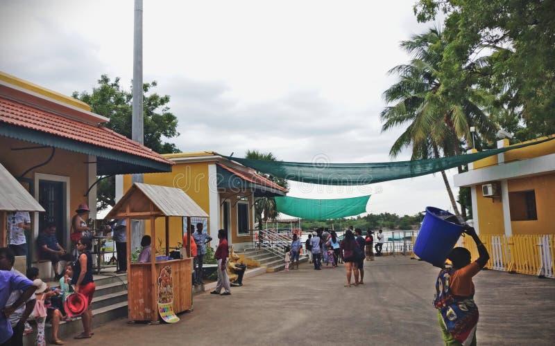 Un porto occupato con i turisti in spiaggia Pondicherry di Chunambar fotografia stock libera da diritti