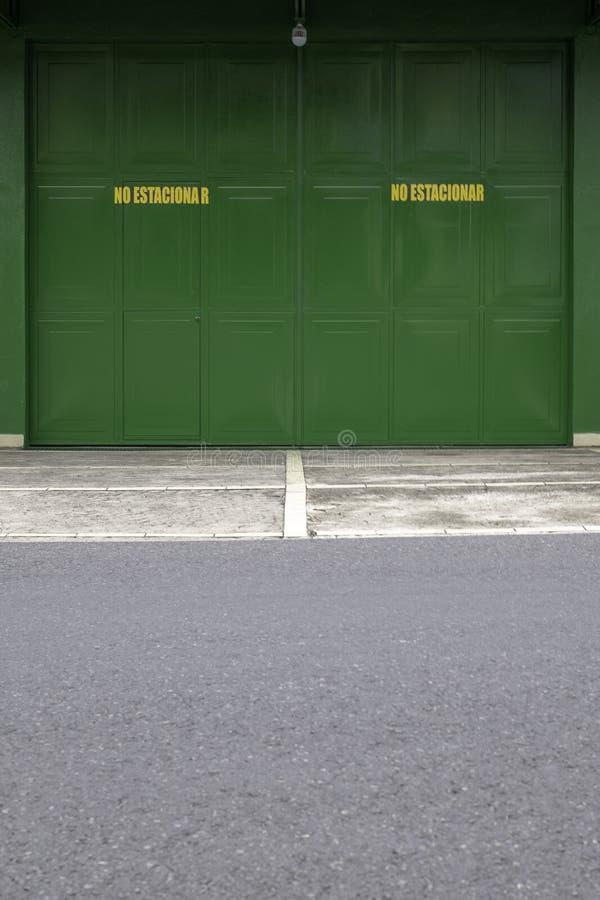 Un portone chiuso verde del metallo fotografia stock