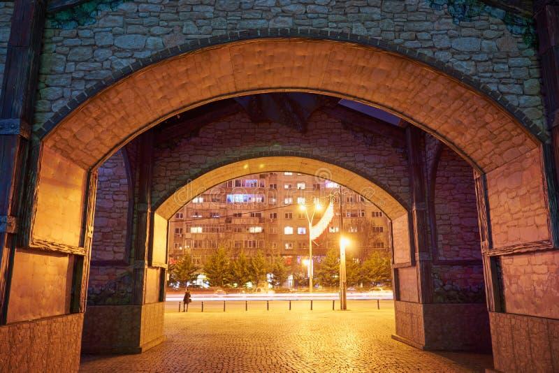 Un portone di un parco di distrazione alla notte variopinta con le luci alla notte fotografia stock libera da diritti