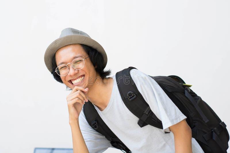 Un portrait d'étudiant universitaire de sourire heureux avec le livre et de sac d'isolement sur le fond blanc image libre de droits