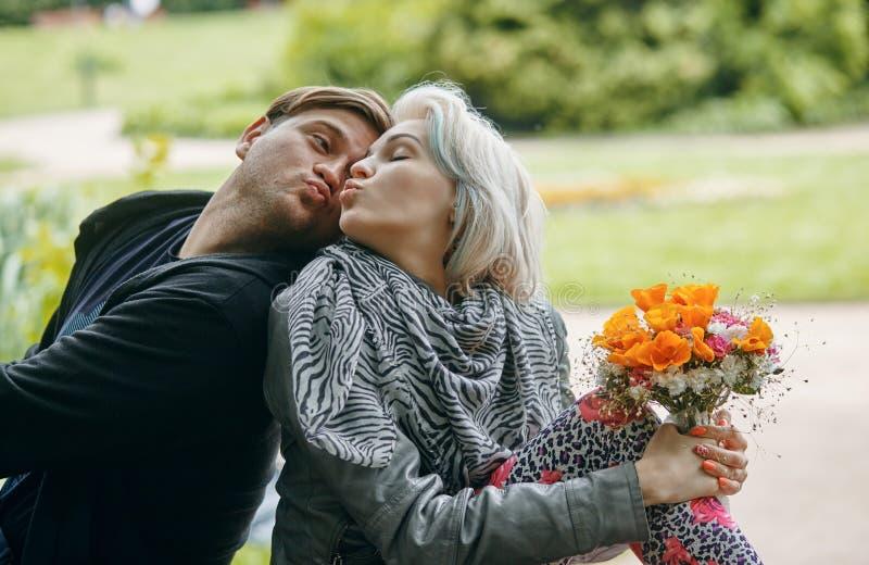 Un portrait d'un jeune couple en ressort se garent photo stock