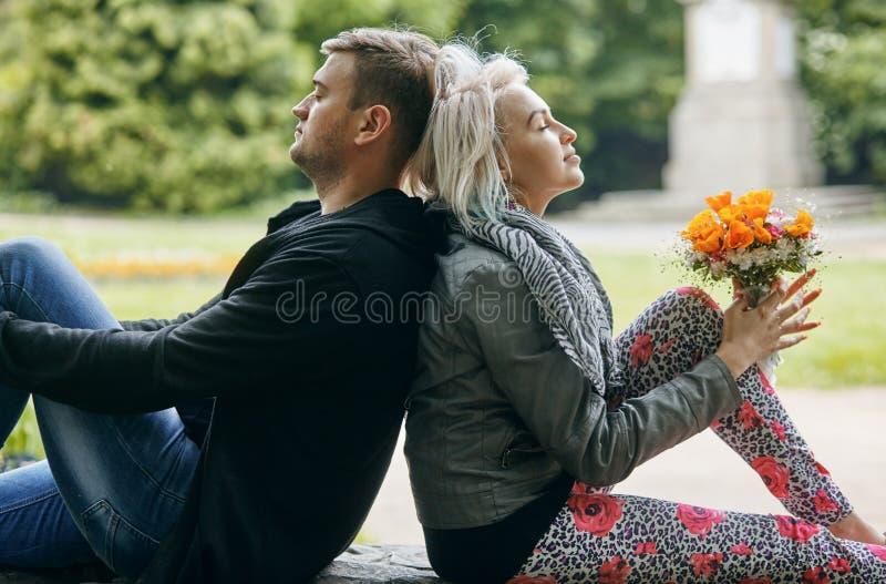 Un portrait d'un jeune couple en ressort se garent photos stock