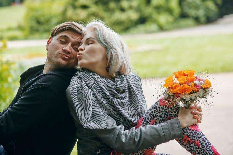 Un portrait d'un jeune couple en ressort se garent photo libre de droits