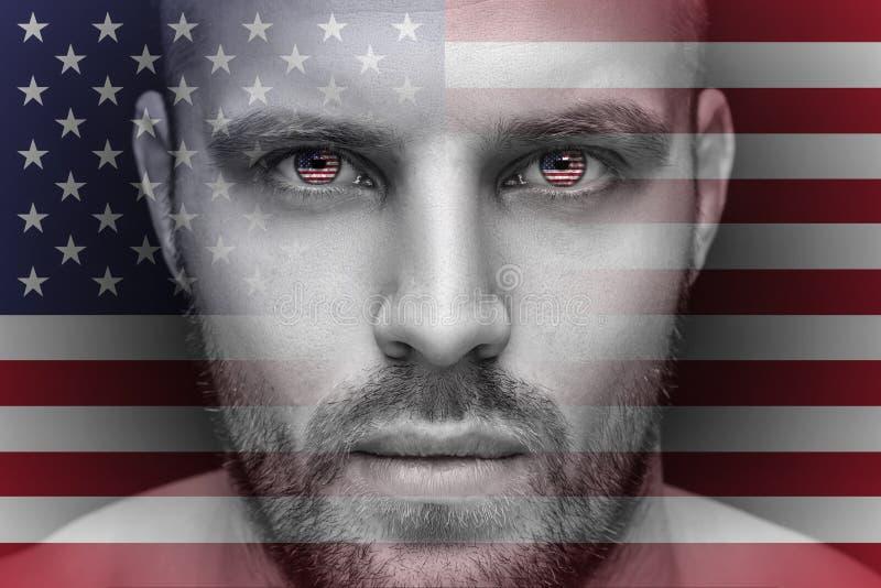 Un portrait d'un jeune homme sérieux, dans lequel les yeux sont reflétés les drapeaux nationaux illustration stock