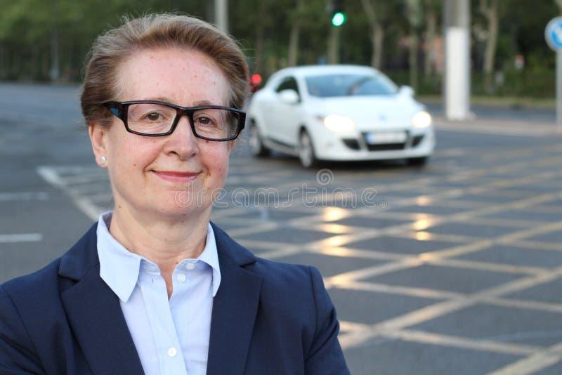 Un portrait d'une femme de regard satisfaisante d'affaires avec des verres ou des lunettes bifocales image libre de droits