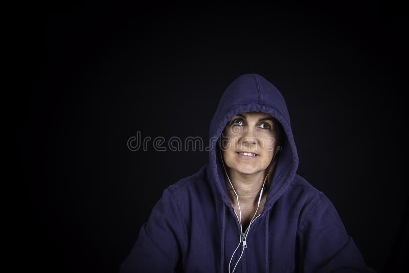 Un portrait d'une femme utilisant un hoodie images libres de droits