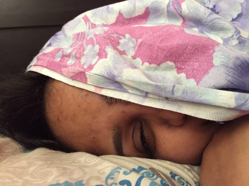 Un portrait d'une jeune femme indienne avec la moitié de visage couverte photo libre de droits