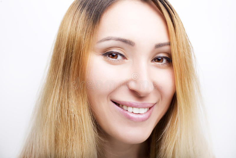 Un portrait de beau visage avec de beaux yeux bruns - d'isolement sur le blanc photos stock