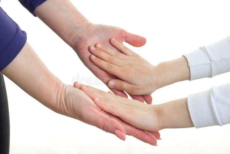 Un portrait en gros plan des mains femelles sur les paumes de bébé photographie stock libre de droits