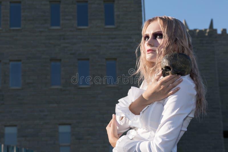 Download Un Portrait Gothique De Style De Mode D'une Belle Fille Blonde Photo stock - Image du fond, château: 77153166