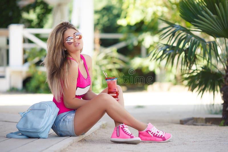Un portrait vif de jeune belle femme avec le cocktail photographie stock