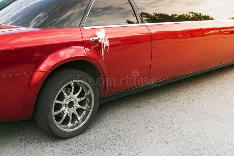 Un postérieur a tiré de la limousine rouge avec une décoration sur la poignée de porte arrière La partie arrière d'une limousine  images stock
