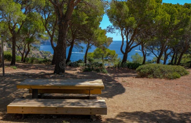 Un posto da rilassarsi in un parco pittoresco, area di picnic fotografia stock