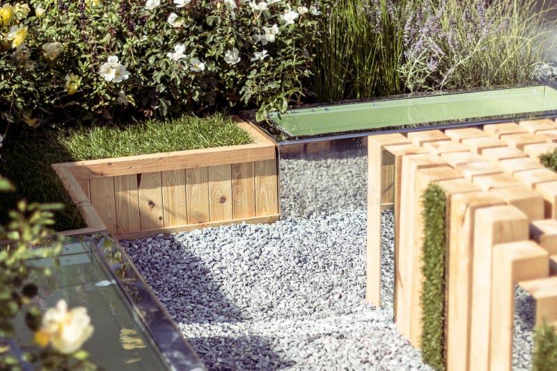 Un posto di resto nel giardino, architettura di legno Immagine tonificata fotografia stock