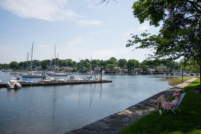 Un posto pacifico da rilassarsi e leggere al parco dell'isola del porto di Mamaroneck fotografie stock libere da diritti