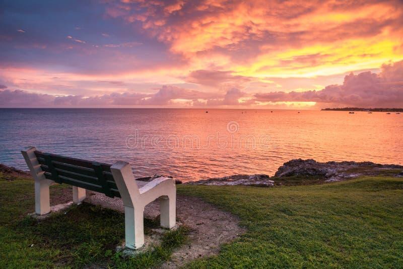 Un posto per la meditazione davanti all'oceano immagini stock libere da diritti