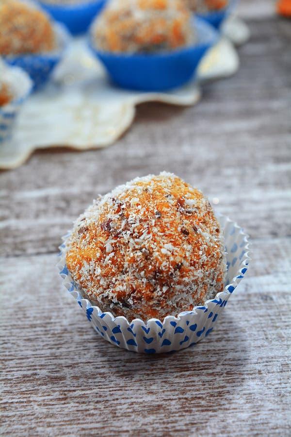 Un postre tradicional del día de fiesta - Ginger Energy Balls con el coco destrozado foto de archivo libre de regalías