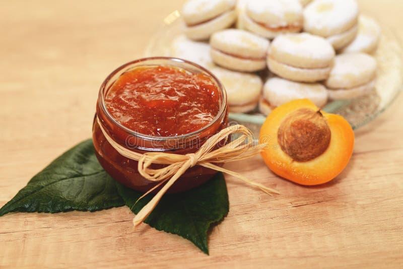 Un pot de confiture nouvellement fabriquée d'abricot - confiture d'oranges avec la maison faite photos stock