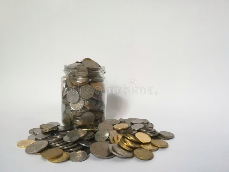 Un pot en verre complètement de pièces de monnaie photos libres de droits