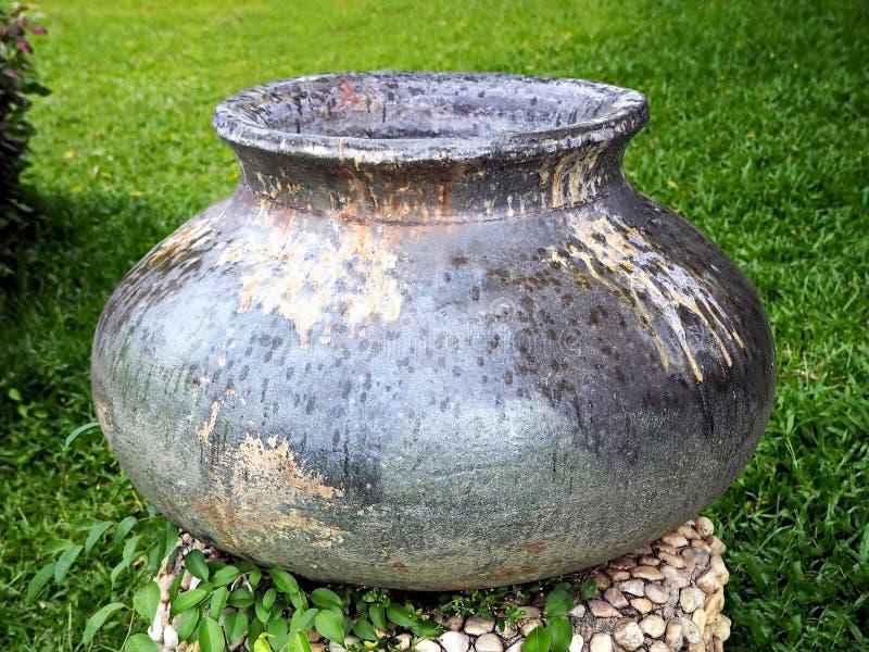 Un pot traditionnel décore en parc photos stock