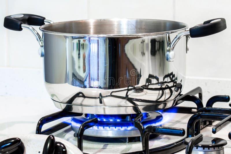 Un pote de acero en la estufa foto de archivo libre de regalías