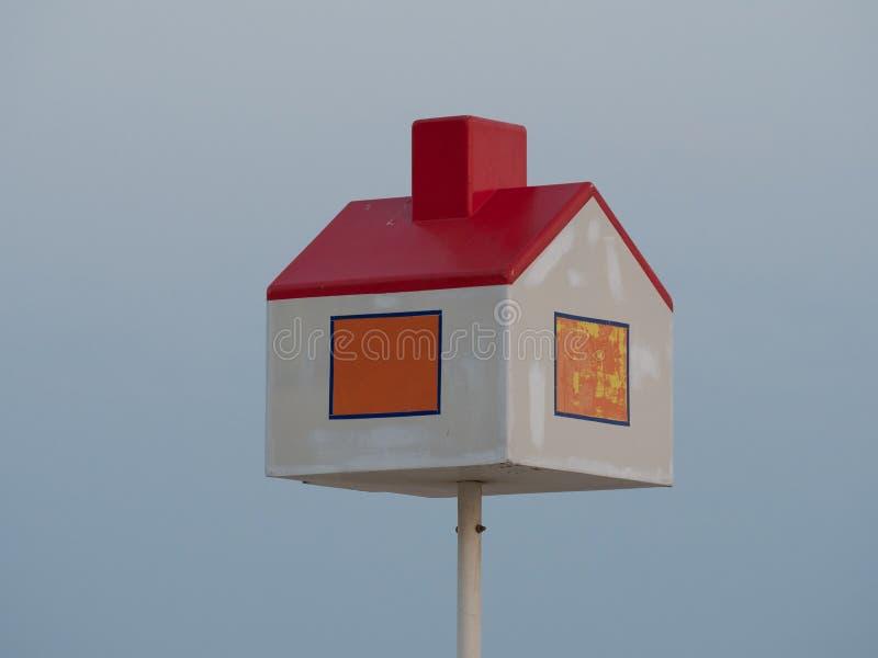 Un poteau d'orientation à la côte belge, prévue comme point de repère pour les enfants qui obtiennent perdus photographie stock libre de droits