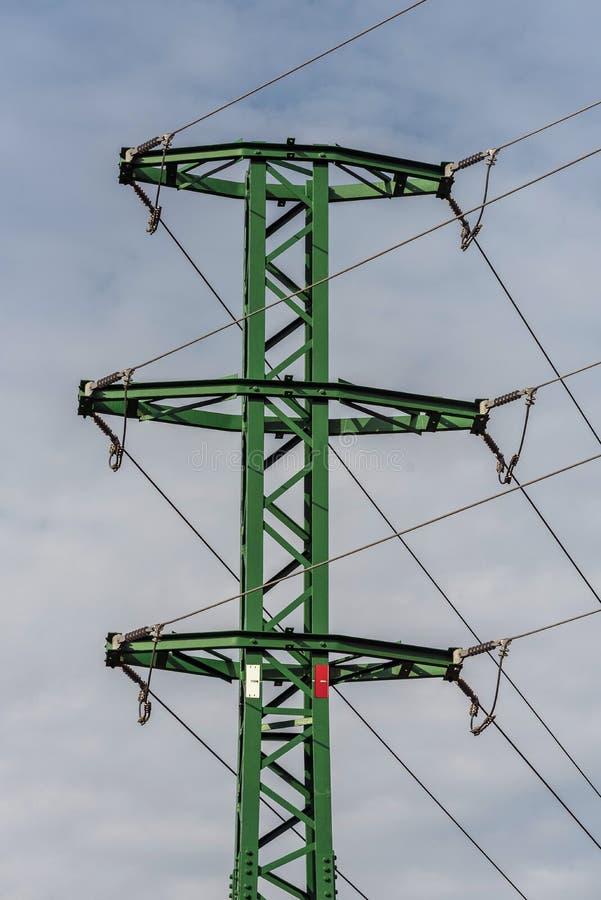 Un poteau vert avec une distribution d'énergie images libres de droits