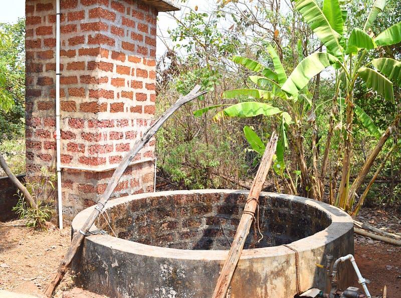 Un pozo de agua - cavado bien - en un pueblo indio imagenes de archivo