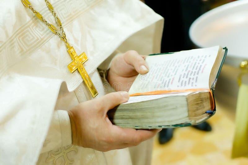 Un prêtre tenant une bible photos libres de droits