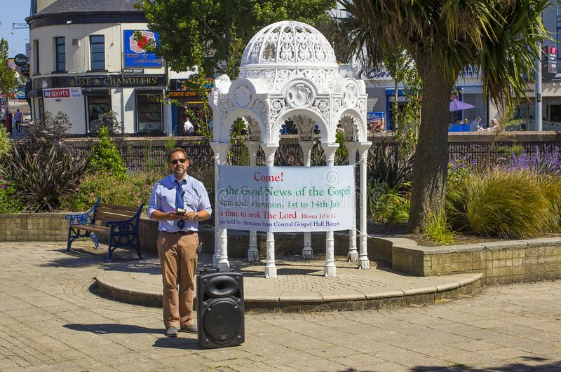 Un predicatore della via Predicando le buone notizie di salvezza con la fede da solo in Jesus Christ nei giardini incavati Bangor immagine stock