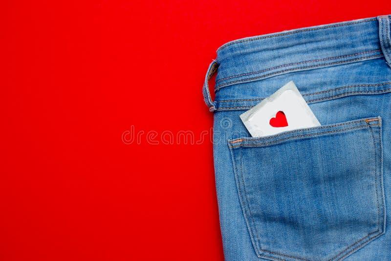 un preservativo in jeans intasca Sesso sicuro fotografia stock libera da diritti