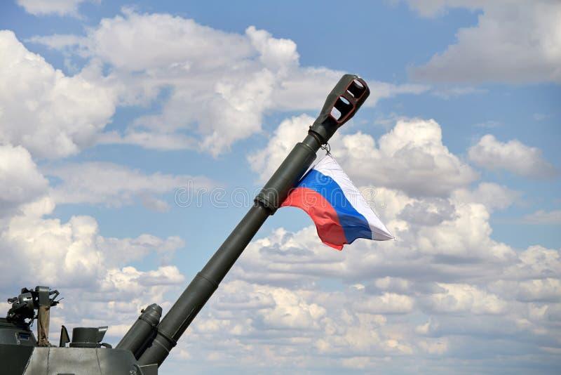 Un primer de un cañón del acacia 2S3 con una bandera rusa fotos de archivo libres de regalías