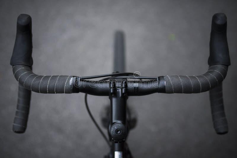 Un primer del sistema delantero de una bicicleta de los deportes maneja el tiro en blanco y negro fotografía de archivo libre de regalías