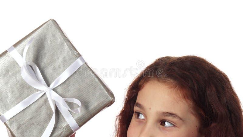 Un primer muestra la parte superior de la cara del ` s de la muchacha y de la manera que ella coge el regalo imágenes de archivo libres de regalías