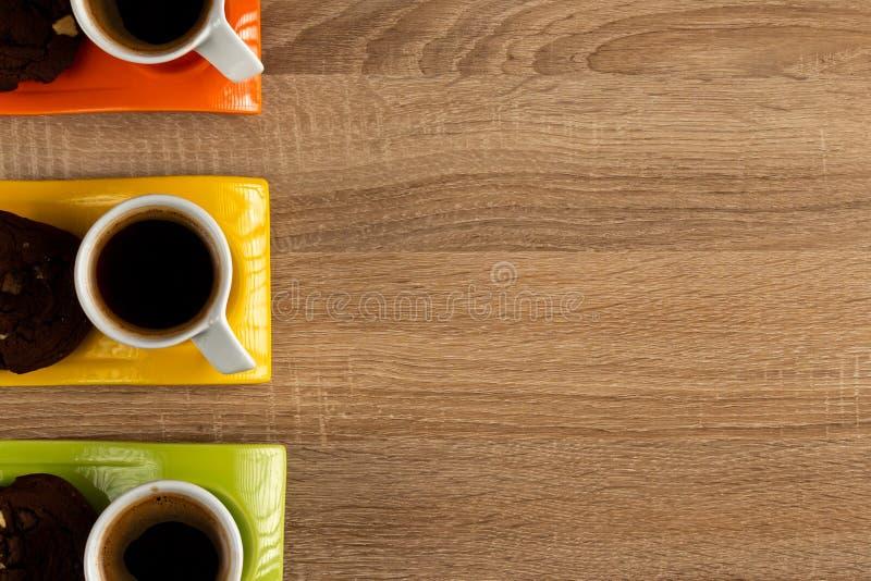 Un primo piano da tavolo di tre tazze di caffè fotografia stock libera da diritti